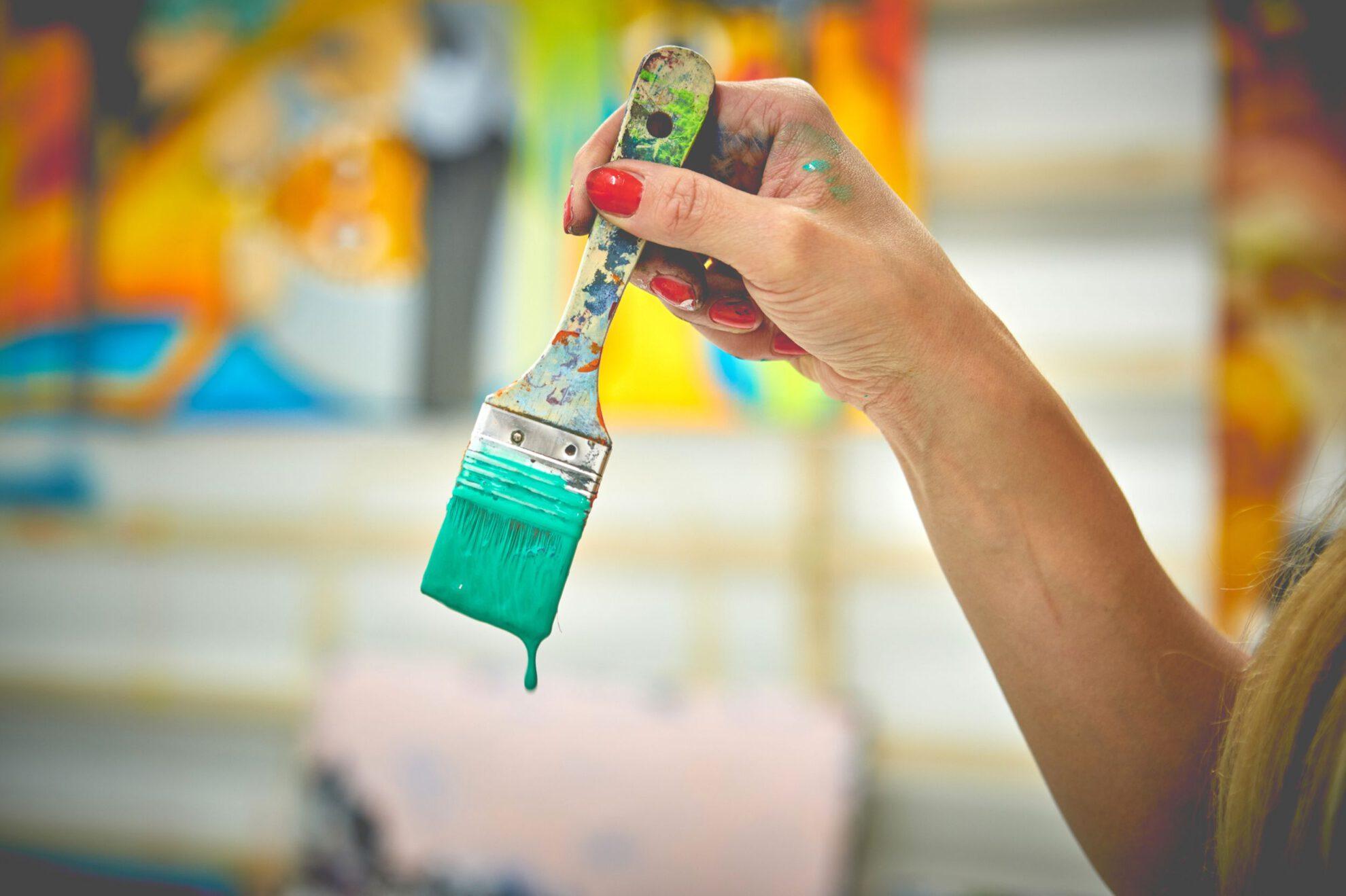 Pinsel mit tropfender Farbe